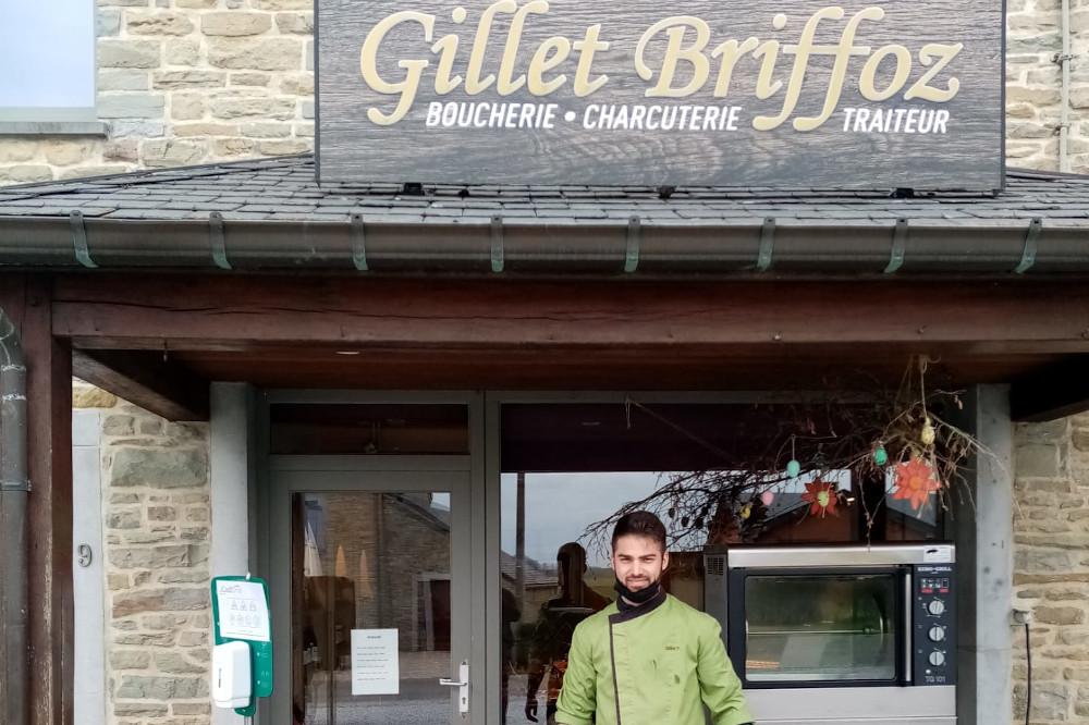 le fils Gillet devant la boucherie